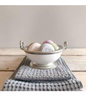 Ciotola in peltro e ceramica con 5 saponi da bagno